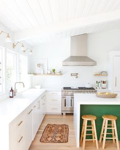 Green kitchens create a modern, sophisticated edge. This year, we've seen beautiful new kitchens that embrace the trend. From deep forest green to pretty blue-green, the rich paint color works as a bold accent in a fresh white space. Green Kitchen Decor, All White Kitchen, Boho Kitchen, Kitchen Tiles, Kitchen Styling, Kitchen Cabinets, Romantic Kitchen, Rustic Kitchen, Kitchen Island