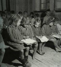ΕΛΛΑΔΑ 1945 φωτ. ΒΟΥΛΑ ΠΑΠΑΙΩΑΝΝΟΥ ΔΙΑΒΑΖΟΝΤΑΣ ΑΠΟ ΤΟ ΙΔΙΟ ΒΙΒΛΙΟ