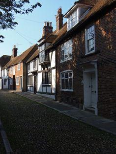 Mooi rijtje huizen rond de kerk in Rye.