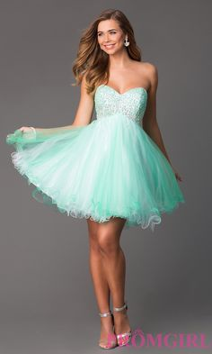 Si quieres un look más juvenil, puedes optar por un vestido corto con falda amplia.  Fuente de inspiración: Promgirl