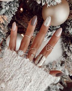 25 Amazing Winter Nail Colors which Blend with the Color of Snow - Passt zu Ihrem eigenen Stil anstatt zu stundenlanger Holiday Nail Designs, Holiday Nails, Christmas Manicure, Christmas Makeup, Best Nail Designs, Art Designs, Sparkly Nail Designs, Cute Christmas Nails, Nail Polish Designs