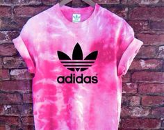 Adidas Outfit, Adidas Shirt, Tie Dye Shirts, Dye T Shirt, Chill Outfits, Cute Summer Outfits, Diy Fashion Projects, University Outfit, How To Tie Dye