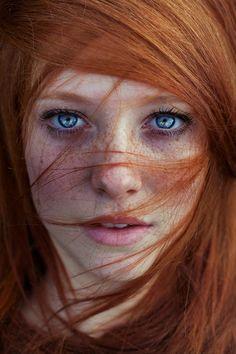 naturrote Haare, Sommersprossen, wundeschöne blaue Augen, rosa Lippen, natürliche Schönheit