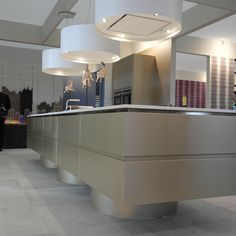 Wave 2610 Eiland afzuigkap en lamp - foto Paul vd Kooi (Woonbeurs 2014, Amsterdam) #kookeiland Furniture, Kitchen Island, House, Interior, Home, House Inspiration, Table, Kitchen, Inspiration