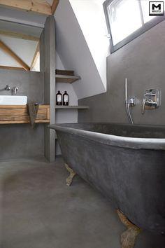 Door ons gemaakte betonlook badkamer met een super stoer oud bad op gietijzeren pootjes, dat door ons afgewerkt is met betonstuc! www.molitli-interieurmakers.nl