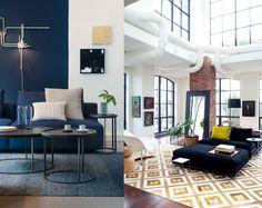 Eu adoro azul-marinho! E você? Essa cor está em alta. Uma parede nessa tonalidade é capaz de deixar o ambiente elegante e moderno. Fica ainda mais chique acompanhado de outros tons de azul, branco, nude, bege, verde e cinza. O amarelo, o laranja, o rosa e o vermelho causam impacto na medida certa para deixar o espaço mais vivo. A maneira mais sutil de adicionar o azul-marinho à decoração é fazê-lo em pequenas doses. Aposte em cortina, tapete, almofada e adornos. Que tal?  #decoração…