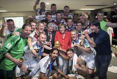 Champion: Die Weltmeister mit ihrer Kanzlerin Angela Merkel! Mehr Bilder des Tages auf: http://www.nachrichten.at/nachrichten/bilder_des_tages/cme10133,1099208 (Bild: Reuters)