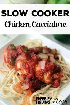 Need a delicious and flavorful slow cooker chicken recipe for dinner? Here you go, this chicken cacciatore slow cooker recipe will quickly become a family favorite. Its chunky tomato sauce is packed with peppers, onions, garlic and seasonings that will ha Slow Cooker Huhn, Crock Pot Slow Cooker, Slow Cooker Recipes, Crockpot Recipes, Chicken Recipes, Cooking Recipes, Diabetic Recipes, Crock Pots, Soup Recipes