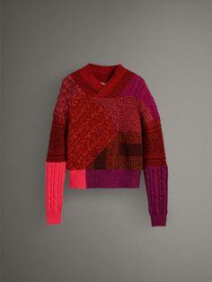 Pullover realizzato in Galles con lavorazioni a trecce, a costine a trama grossa e Fair Isle. Il modello in lana e cashmere è intessuto in un morbido filato mouliné.