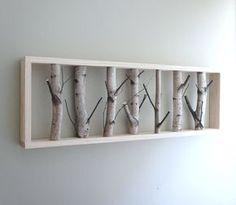 Ce tableau original est composé de branches de bouleau trouvées dans la forêt. Ces branches sont ensuite collées à un cadre réalisé en bois et peint en blanc pour qu'une harmonie se crée entre bois naturel et bois travaillé. Le bouleau est le seul arbre...