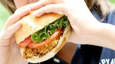 Burgeur poulet pané santé Je me sers aussi de cette recette pour faire des filets de poulet panés. Hamburger, Sandwiches, Tacos, Chicken, Ethnic Recipes, Filets, Four, Burgers, Showgirls