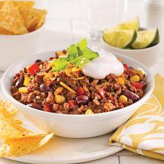 Faites le plein de ce délicieux chili qui combine deux sortes de viandes hachées pour du plaisir à chaque bouchée!