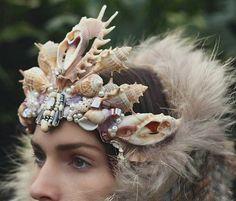 Chelsea Shiels est une créatrice qui réalise de somptueuses couronnes de coquillages, des coiffes indispensables à toute sirène moderne. L'idée des couronnes est venu à cette fleuriste de 27 ans de Melbourne au départ pour cacher une cicatrice au front qu'elle a depuis l'enfance. Read more at https://www.2tout2rien.fr/les-couronnes-de-coquillages-de-chelsea-shiels/#OpmXiq1HrFiHjfZL.99