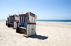 deco bord de mer chic clematc strandkörb sont les fauteuils corbeille en osier installés sur les plages de l'île pour se protéger du vent.