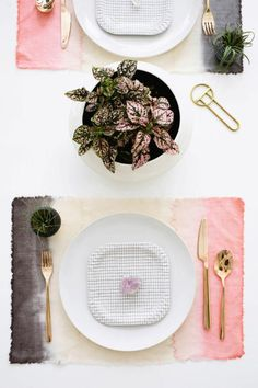 11 Colorful Dye DIYs To Make: DIY Two Color Dyed Placemats