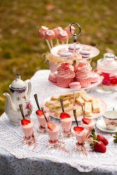 Die kleinen Joghurtbecher mit Erdbeeren, sehr schön!