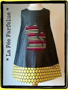 Robe forme chasuble,en jeans chambrey ton gris et son motif chat appliqué et brodé en coton rayé multicolore.Le bas de la robe est en coton à pois tons gris et moutarde.        - 6336891