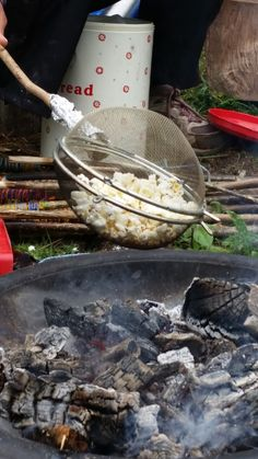 Popcorn is a nice easy and healthy snack to cook over the fire pit with your little ones. Once the fire has died down and you have some nic. Ute Camping, Camping Survival, Camping With Kids, Camping Meals, Camping Hacks, Fire Pit Food, Fire Pit Cooking, Cooking Popcorn, Forest School Activities