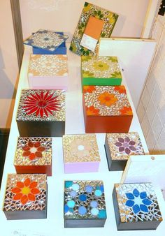 Cajitas Preciosas Mosaic Flower Pots, Mosaic Pots, Mosaic Glass, Mosaic Tiles, Mosaics, Mosaic Crafts, Mosaic Projects, Mosaic Tray, Mosaic Artwork