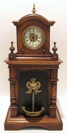 Kommodenuhr mit Brunnen-Automat Holzgehäuse in Form eines Brunnens mit darüberliegender Stutzuhr.