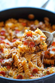 One Pot Pizza Pasta Bake - An easy crowd-pleasing one pot meal that the whole family will love! Everyone will be begging for seconds! An easy crowd-pleasing one pot meal that the whole family will love! Everyone will be begging for seconds! I Love Food, Good Food, Yummy Food, Tasty, Pasta Dishes, Food Dishes, Main Dishes, One Pot Meals, Easy Meals