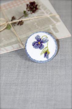 Brodé à la main broche broche florale - broche - pensées - Cross stitch broche - Bleu - Violet - botanique - Garden party - cadeau idée