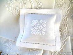 Ambiance déco et parfumée/ Petit coussin senteur  brodé main en brodreie blanche avec des trèfles et lavandin