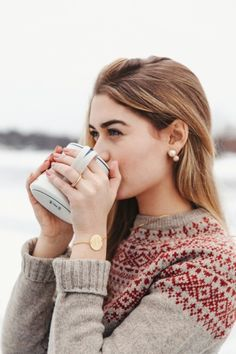 stranded yoke – Bundle up and add some simple jewelry. stranded yoke – Bundle up and add some simple jewelry. Skandinavian Fashion, Motif Fair Isle, Sarah Vickers, Preppy Style, My Style, Icelandic Sweaters, Looks Chic, Fair Isle Knitting, Mode Outfits