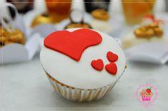 Cupcake de baunilha com recheio de chocolate com decoração em pasta americana