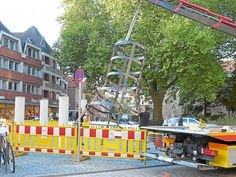 "Geschmückt wie ein Tannenbaum : ""100 Arme der Guan-yin"" von Huang Yong Ping wird seit gestern wieder am Marienplatz aufgebaut"