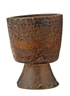 MORTERO PASTORIL En madera con motivos vegetales, toro, sirena, Salamanca. Medidas: 14 x 11 cm.