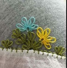 This Pin was discovered by Şöh Needle Tatting, Needle Lace, Crochet Unique, Hairpin Lace, Baby Booties, Crochet Flowers, Hair Pins, Elsa, Needlework