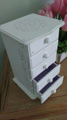 Mini cômoda forrada com tecido para biju. Ideal para quarto de meninas !