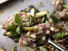 Rotbarben mit Knusperkruste auf zarten Frühlingszwiebeln: Fast Food vom Feinsten. Wenig Fett und wenig Kalorien, aber Mineralstoffen und Vitaminen!