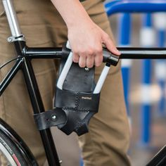 Wave goodbye to the jingles, jangles, and paint scratches of carrying your U-Lock with the Walnut Studiolo U-Lock Holsters. A convenient and stylish solution, the strength of leather keeps your U-Lock in place, eliminating irritating rattles.
