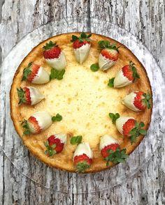 Hoy toca, una vez más, cheesecake. En esta ocasión, una tarta de queso con chocolate blanco decorada con fresas. Es una tarta horneada m... Cheesecakes, Mousse, Cheesecake Brownies, Vegetable Pizza, Quiche, A Food, Pie, Breakfast, Sweet