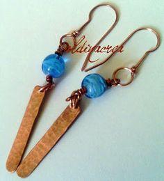 Creazioni e manufatti di Aldina orecchini in lastra di rame martellata e perle di vetro