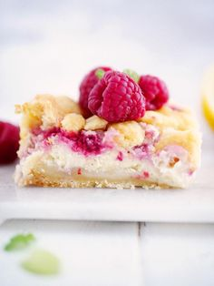 Tart vanilla squares with raspberries- Syrliga vaniljrutor med hallon Tart vanilla peas with raspberries Raw Food Recipes, Sweet Recipes, Cake Recipes, Dessert Recipes, Cookie Desserts, No Bake Desserts, Danish Dessert, The Joy Of Baking, Desserts For A Crowd