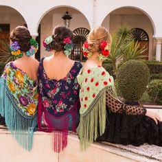 📸💐Colección Flamenca 2018   RAMILLETES DOBLES   Blanco Azahar ♦️Tendencia de este año es ramilletes a ambos lados junto al recogido en la parte de debajo de la cabeza. ♦️Muy favorecedor y nos encanta el resultado dando un estilo diferente y elegante a la flamenca. Además, puedes unir los dos ramilletes y hacer uno único para otros looks de flamenca. ♦️Estad atentas que añadiremos más fotos de esta sesión de Ramilletes a lo largo del día de mañana. ✨Colaboradores:    #Maquillaje… Floral, Flamingo, Hydrangea Corsage, Orange Blossom, Carnations, New Trends, Doubles Facts, Flowers, Flower