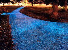 """SENDEROS ILUMINADOS SIN ELECTRICIDAD  Starpath es una sustancia que se rocía sobre un sendero y crea un efecto de """"vía láctea"""" sobre el suelo."""