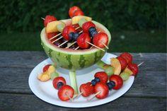 Til sommerens have fester og grill hygge i haven med venner, eller til børnenes fødselsdag aka frugt fest er vandmelons grillen et kæmpe hit. Det ser flot og festligt ud… Fremgangsmåden er forholdsvis lige til og det tager ikke voldsom lang tid at lave, i dag fik vi den fx …