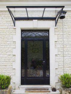 Porte d'entrée contemporaine rehaussée d'une marquise moderne | Crealu Design | #basileek #auvent #moderne