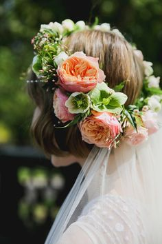 Bride wears a fresh flower crown for a Laidback Spring Wedding. Photography by Emily Quinton of Make Light Photography