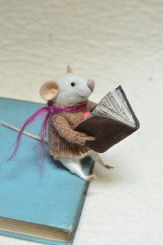 Little Reader Mouse, needle felted ornament animal © Johana (Artist. Calera de Tango, Santiago, Chile) t/a Felting Dreams etsy shop. Stock & Made to order needle felting. Too dang cute :-) Needle Felted Animals, Felt Animals, Needle Felting, Needle Felted Ornaments, Felt Ornaments, Stuart Little, Felt Mouse, Cute Mouse, Little Doll