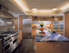 Дизайн кухонной столешницы из содалита от Powell/Kleinschmidt, Inc.