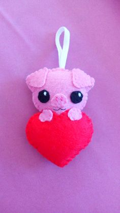 Key holder pig in a heart, felt, entirely sewn by hand. Kawaii Pig, Sewing Crafts, Sewing Projects, Dummy Clips, Christmas Sewing, Best Birthday Gifts, Valentine Day Crafts, Felt Art, Pet Gifts