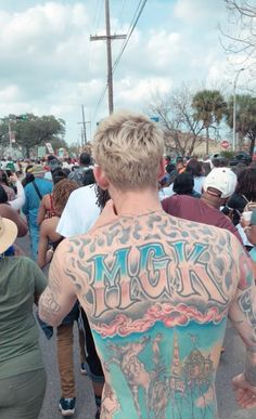 His body is literally a work of art. He is a canvas of art that even Vango would envy. Mgk Concert, Colson Baker, Machine Gun Kelly, American Rappers, Attractive People, I Tattoo, Tattoo Guys, Baby Daddy, Mixtape