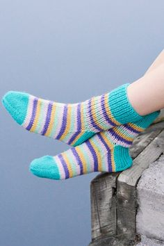 Spring is just around the corner! Try out our new spring/summer colours with these lovely socks from single-colour and striped yarns together. Keväthali literally translates into Spring Hug, in case you wondered. Cable Knitting Patterns, Christmas Knitting Patterns, Lace Knitting, Knitting Stitches, Knitting Socks, Honeycomb Stitch, Moss Stitch, Patterned Socks, Knitting Accessories