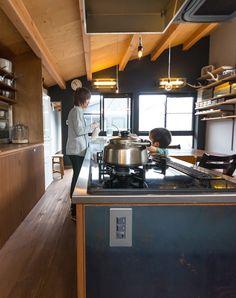 キッチンの台には鉄の板が貼られている。錆びが出てきて、それがいい味になっている。 Building, Interior, Outdoor Decor, Kitchen, House, Scene, Detail, Home Decor, Cooking