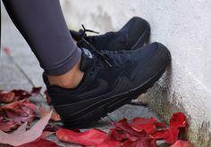 Toute en sobriété, la nouvelle Nike WMNS Air Max 1 Black Cool Grey devrait rejoindre la collection de nombreuses sneakerheads. Cette Nike Air Max 1 est constituée d'un upper en mesh alvéolé noir et daim gris contrasté par un logo …